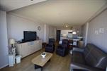 Heel verzorgd en zeer goed onderhouden, doorlopend appartement met een zonnig terras aan de achterzijde zeedijk. Woonkamer met 1 divanbed voor 2 personen, ingerichte keukenhoek met microgolf, hall, apart toilet, badkamer met ligbad, 1 slaapkamer met 1 dubbelbed, 1 slaapkamer met 1 stapelbed, terras, kleurentelevisie, lift en centrale verwarming. 3e verdieping (ref.: EOLE/0301)