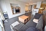 Vollständig renoviertes und stillvol eingerichtetet Appartement mit luxuriöser Einrichtung, am Meerdeich.  Wohnzimmer mit digitales Fernsehen und dvd-Spieler, eingerichtete Küche mit Microwelle, Geschirrspüler und Waschmaschine, Flur, separate Toilette, Bad mit Badewanne, 1 Schlafzimmer mit 1 Doppelbett, 1 Schlafzimmer mit Etagebetten, 1 Schlafzimmer mit 1 Doppelbett + 1 Einzelbett, Terrasse mit Meerblick, sonnige Terrasse am Hinterseite Meerdeich, Lift und Zentralheizung. 7e Stock (ref.: CASINO/0702 (BC7))