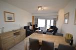 Gepflegtes und komfortabel eingerichtetes Appartement mit bildschöner Aussicht. Wohnzimmer, ausgestattete Küchenecke mit Mikrowelle, Bad mit Dusche, separate Toilette, 1 Schlafzimmer mit 1 Doppelbett,  1 Schlafzimmer mit Etagebetten + 1 Einzelbett + 1 Doppelbett  Lift und Gasheizung.  2e Stock (ref.: LES NENU/2BL)