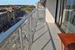 Schönes und gemütliches Eckapartment mit sonniger Terrasse; auf der Rückseite der Deich, nahe dem Zentrum von Wenduine. Sonnige Wohnzimmer mit ausgestattete Küchenecke mit Microwelle. Ein Badezimmer mit Dusche und 2 Schlafzimmer, eins mit Doppelbett und 1 Schlafzimmer mit einem Doppelbett und einem Einzelbett. Separate Toilette,  große Terrasse und Zentralheizung. 6e Stock (ref.: CARLTONI/06.08)