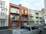 Zeer gezellig en modern appartement in een recent gebouwde residentie, kortbij de markt. Woonkamer met divanbed (2pers), ingerichte keukenhoek met vaatwas en microgolfoven, hall, afzonderlijk toilet, badkamer met ligbad, 1 slaapkamer met dubbelbed, 1 slaapkamer met stapelbed. Zonnig zuidgericht balkon 2de verdiep zonder lift. (ref.: TARPOEND/0202)